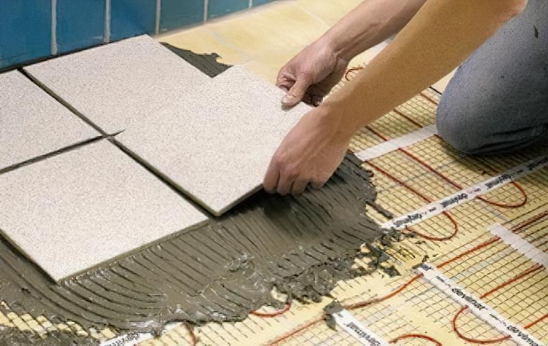 Укладання фінішного оздоблювального шару з керамічної плитки