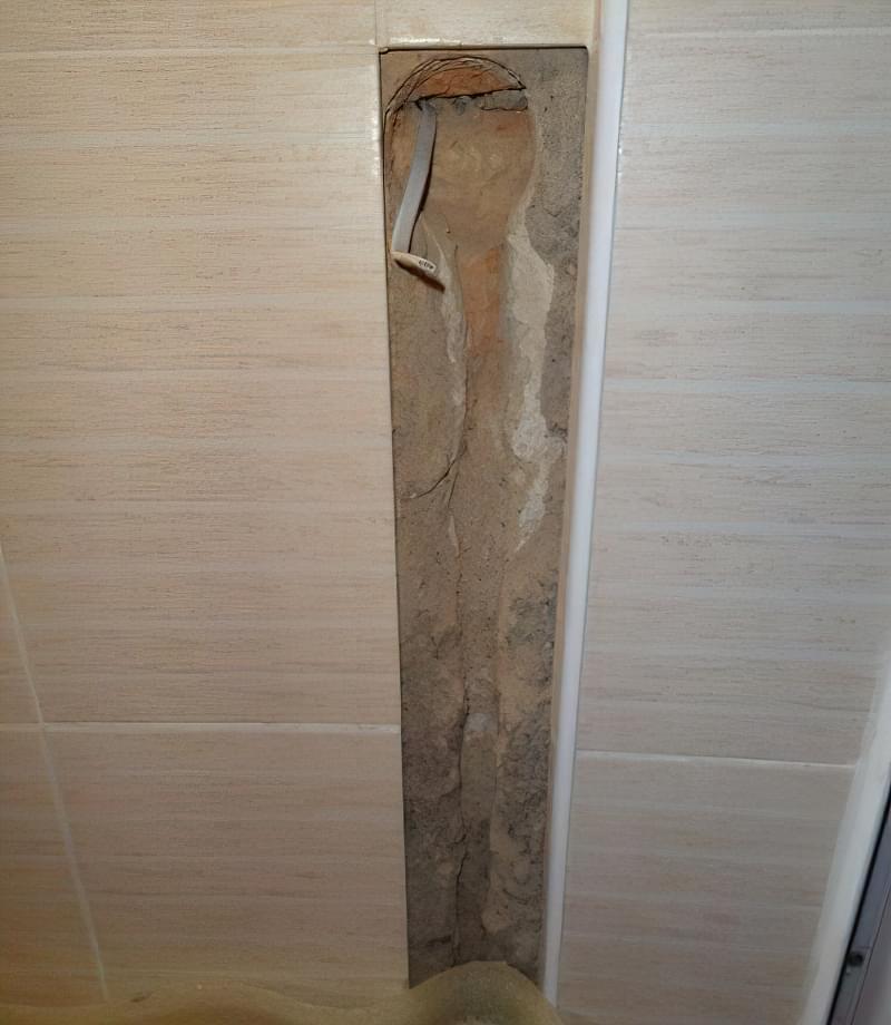 Фото №2 Штроба в стіні для укладання сигнального проводу термодатчика і холодних кінців кабелю, що гріє мату