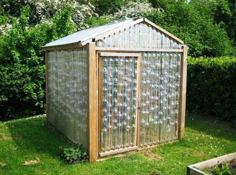 Фото №7 Прозорі стіни з пластикових пляшок, нанизаних на дерев'яні жердини