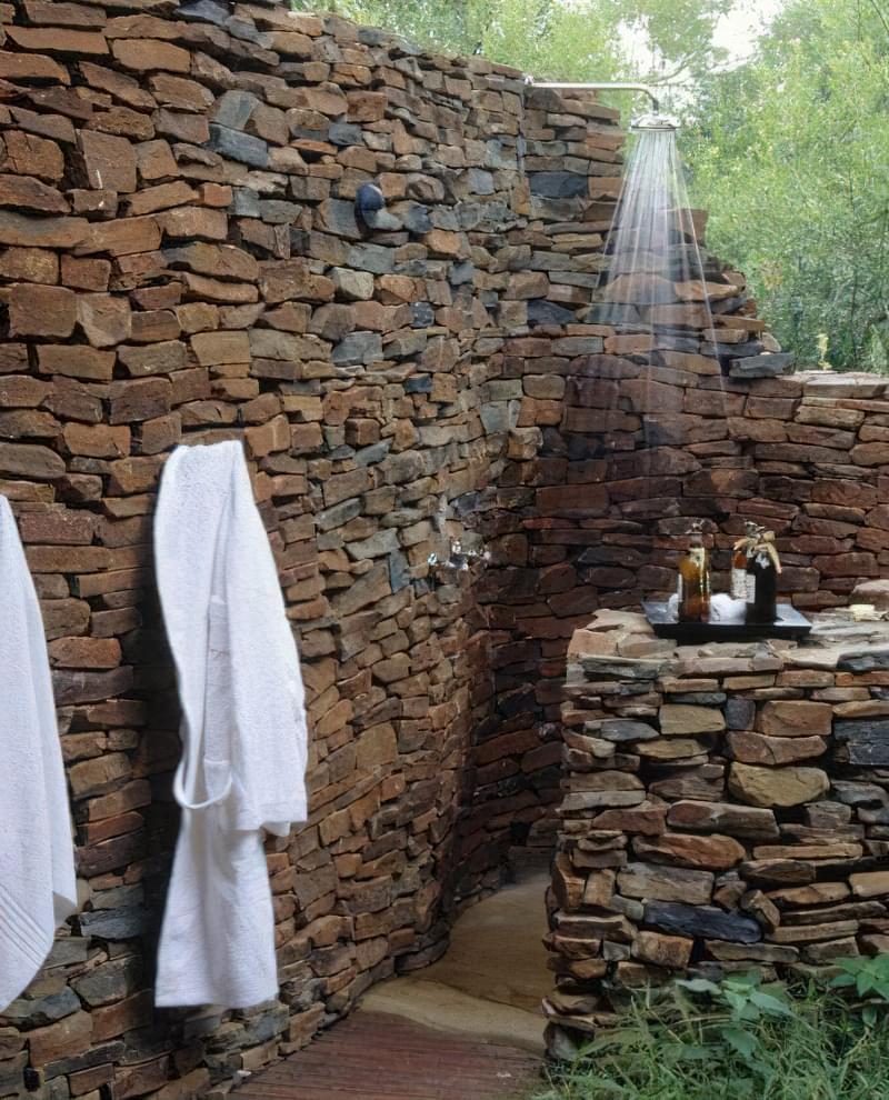"""Фото №17 Стіна з дикого каменю, згорнулася """"равликом"""" - найкраще місце для розміщення літнього душа"""
