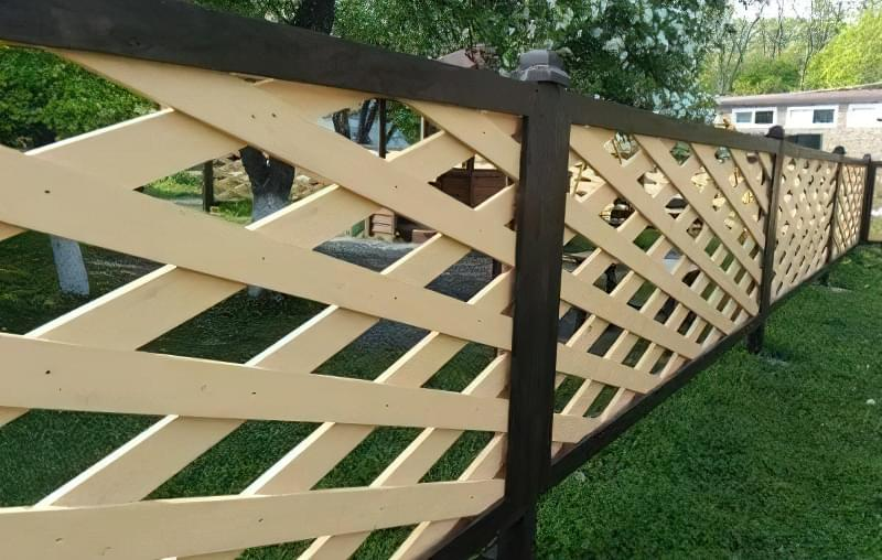 Дерев'яний паркан з візерунком «в ромб» витончений і легкий