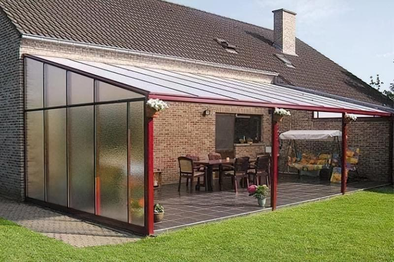 Тераса з монолітного полікарбонату з односхилим дахом - просто і красиво