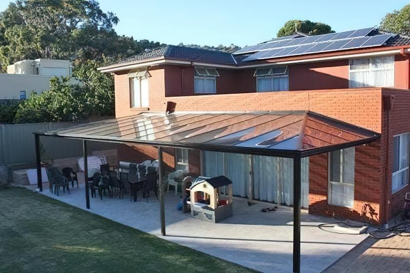 Відкрита тераса з широким полікарбонатним козирком - просторо, сонячно і комфортно