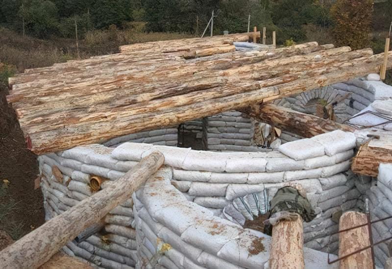 На круглі стіни будуть спиратися дерев'яні балки і шатровий дах