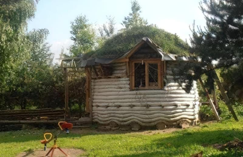 Літня кухня їх мішків з землею під дахом з дерну