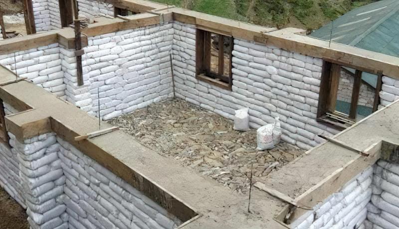 Класична коробка будівлі з мішків з землею