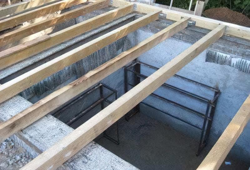 Перекриття бетонного сховища з дерев'яних балок