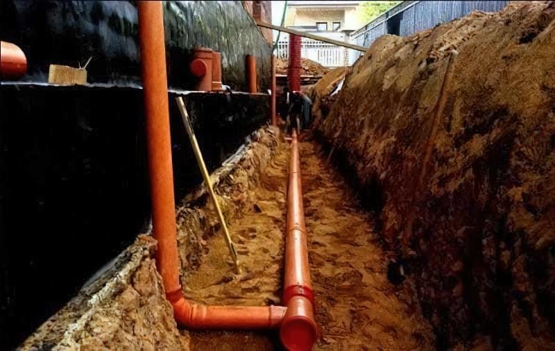 Для запобігання підмивання фундаменту будинку ґрунтовими водами необхідно влаштувати якісну дренажну систему.