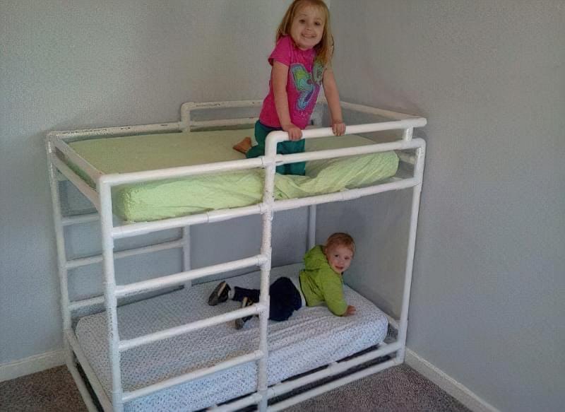 двохярусне ліжко з труби