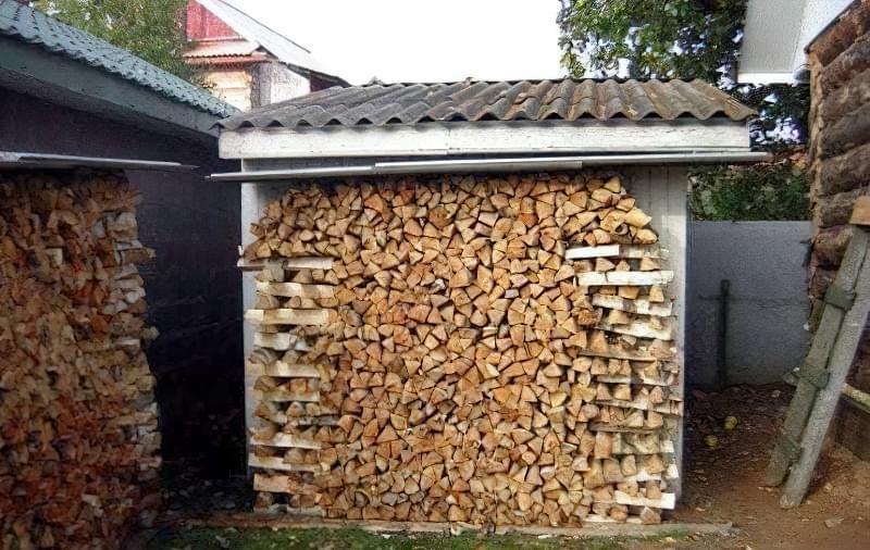 Штабель, який спирається на стіну сараю, – найпростіший варіант складування дров