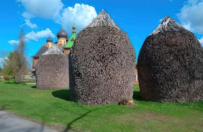 Дров'яної купол з «шапочкою» з полін для стоку води