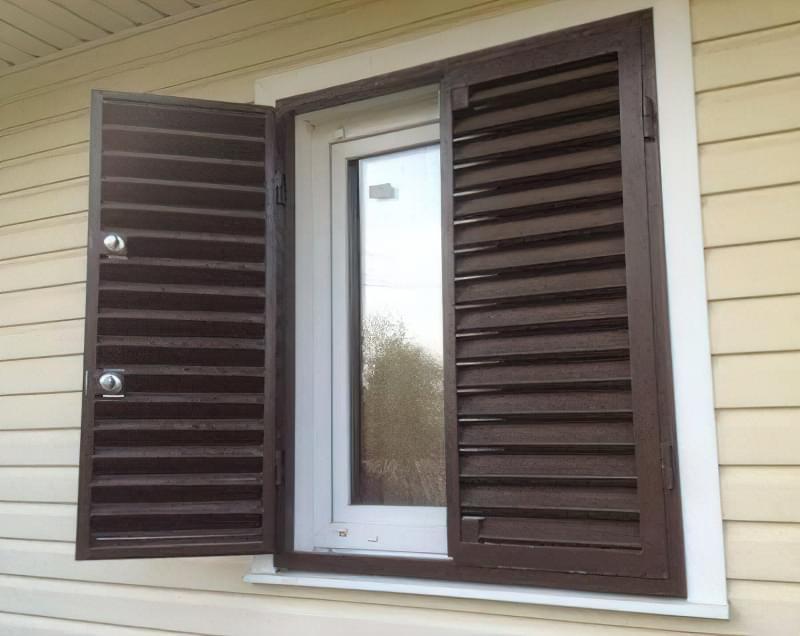 Віконниці зі стулками-жалюзі неповоротної конструкції