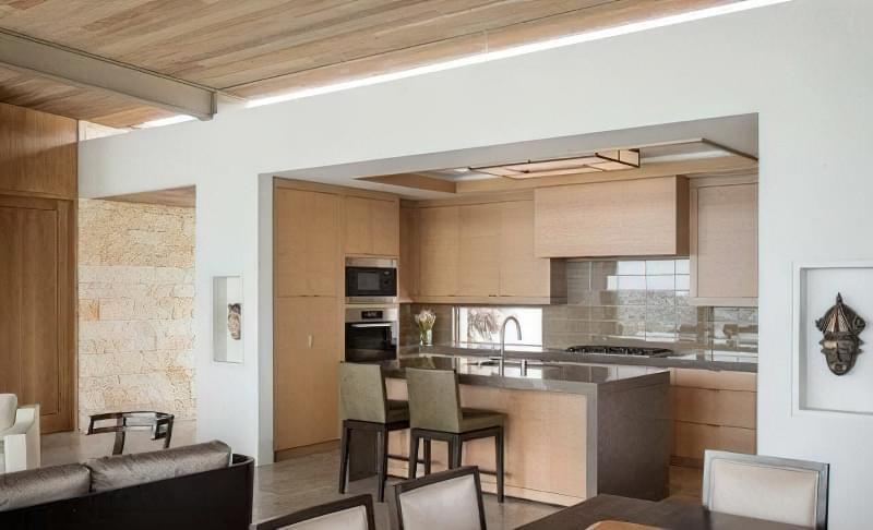 Інтер'єр і планування кухні-вітальні в приватному будинку: популярні дизайнерські рішення 13