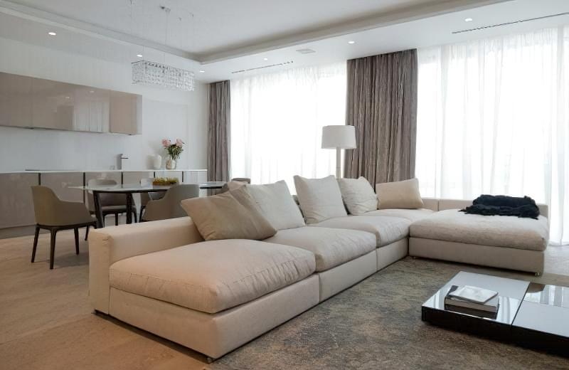 Інтер'єр і планування кухні-вітальні в приватному будинку: популярні дизайнерські рішення 14