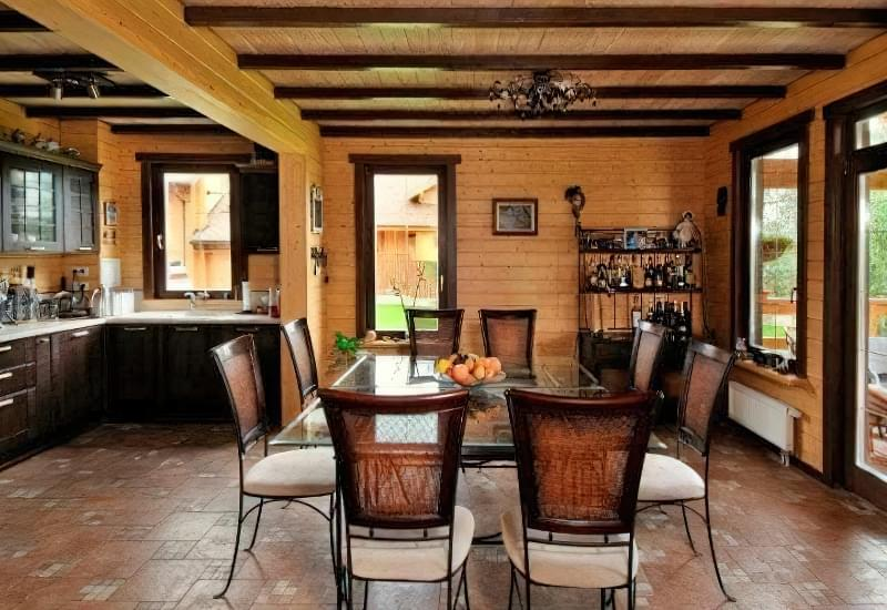 Інтер'єр і планування кухні-вітальні в приватному будинку: популярні дизайнерські рішення 15