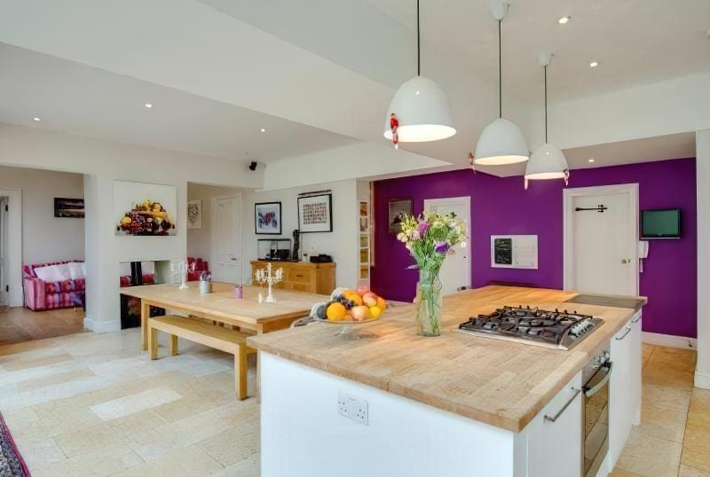 Інтер'єр і планування кухні-вітальні в приватному будинку: популярні дизайнерські рішення 4