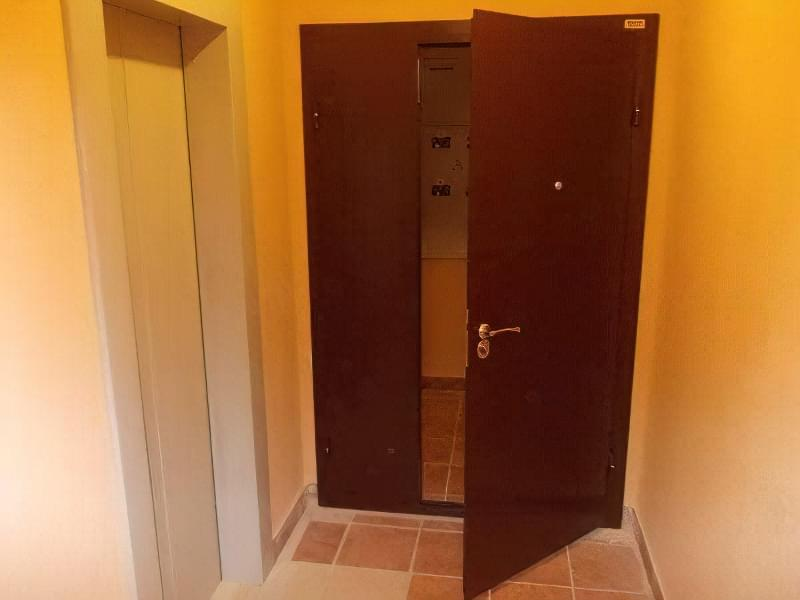 Спосіб колоти горіхи зажимом дверима