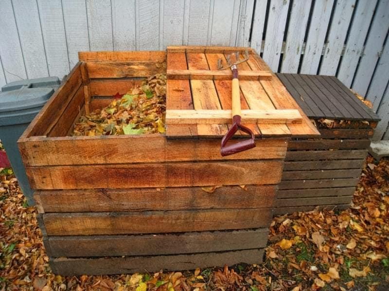 Компост з трави в дерев'яному ящику