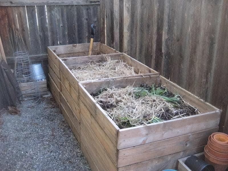 Компост з трави в ящиках