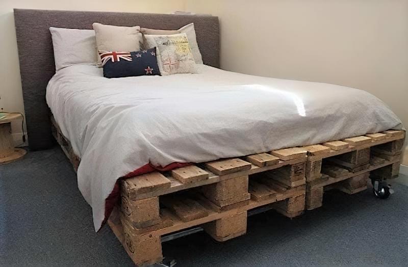 Бюджетне ліжко — ліжко з піддонів своїми руками: ідеї і майстер-клас 13