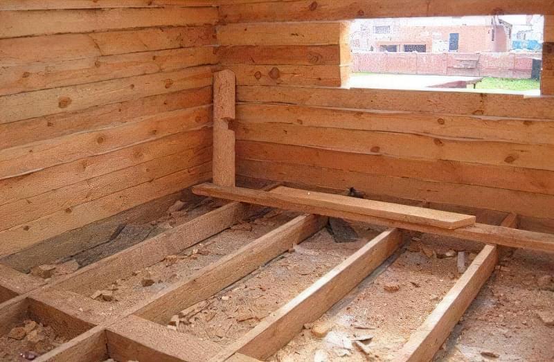 В дерев'яному будинку