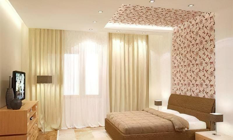 Частина стіни, біля ліжка виділена шпалерами