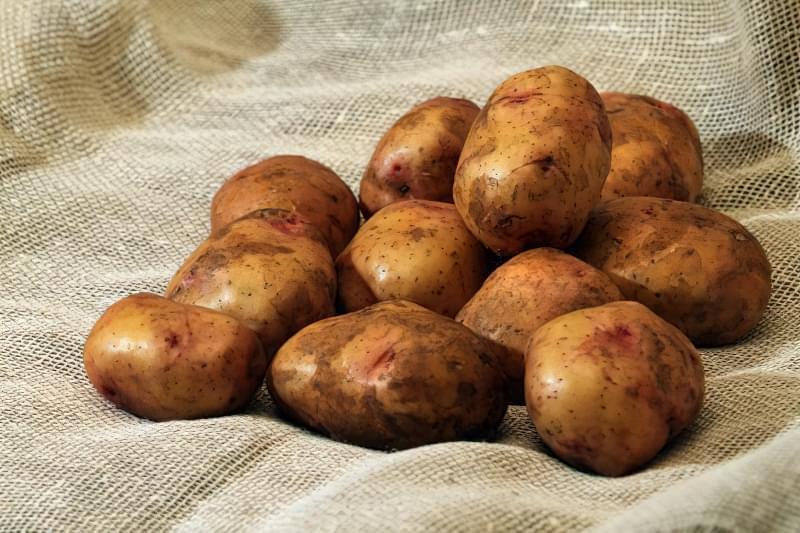 Помита картопля на мішковині