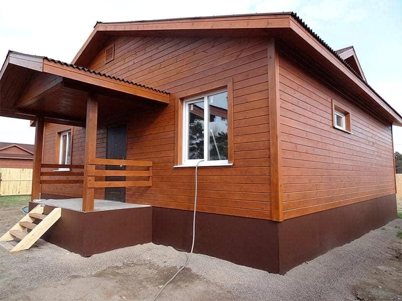 Будинок оздоблений імітацією бруса