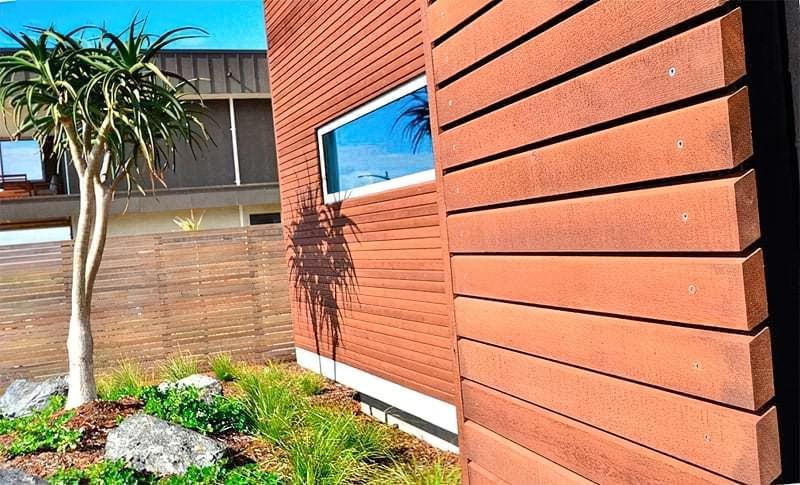 Фасад будинку оздоблений планкеном