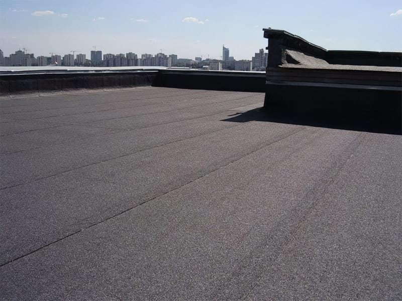 Плоский дах накритий рулонною покрівлею