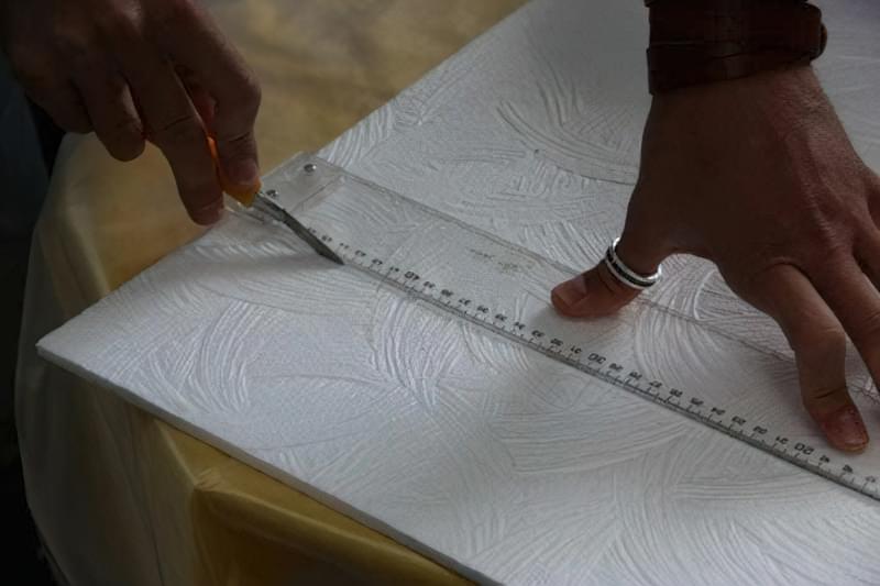 Як клеїти стельову плитку з пінопласту 9