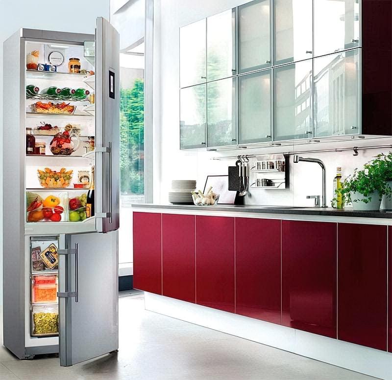 Холодильник з морозильною камерою в нижній частині