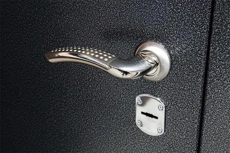 Двері покриті молотковою фарбою