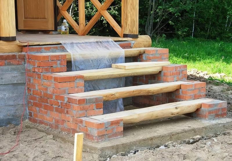Цегляні сходи з дерев'яними сходами
