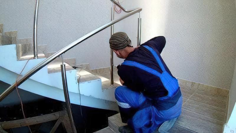 монтаж сходів з нержавійки