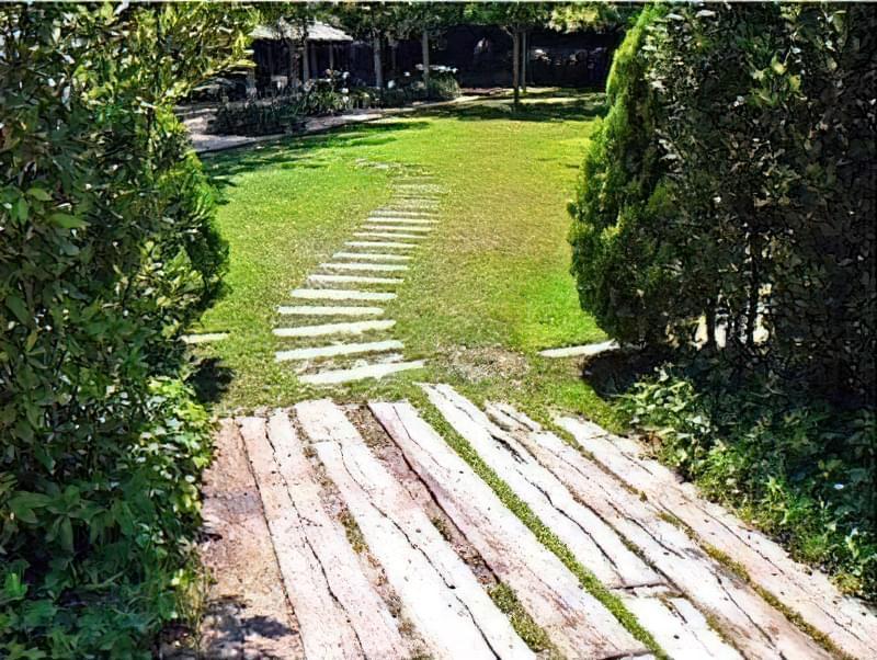 Дерев'яні доріжки на дачі