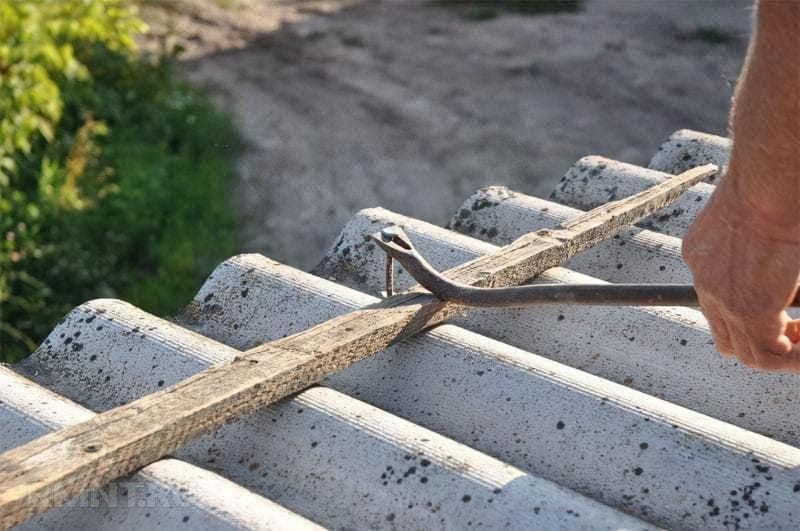 Як демонтувати старий шифер з покрівлі 3