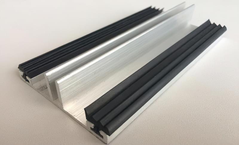 При використанні алюмінієвого профілю в будівництві теплиці він вимагає додаткової герметизації