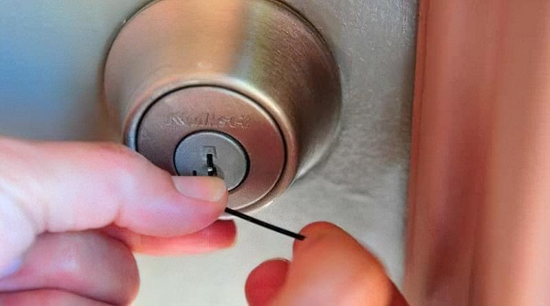 Як відкрити замок міжкімнатних дверей без ключа 1