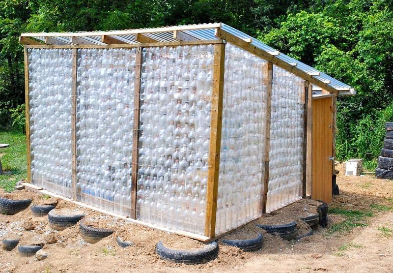 Що можна зробити на дачі з пластикових пляшок 1