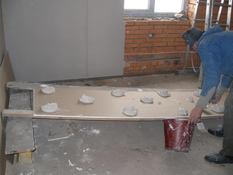 Як вирівняти стіни гіпсокартоном без каркаса 4