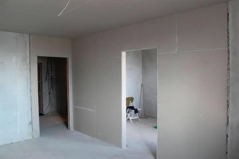 Як вирівняти стіни гіпсокартоном без каркаса 1