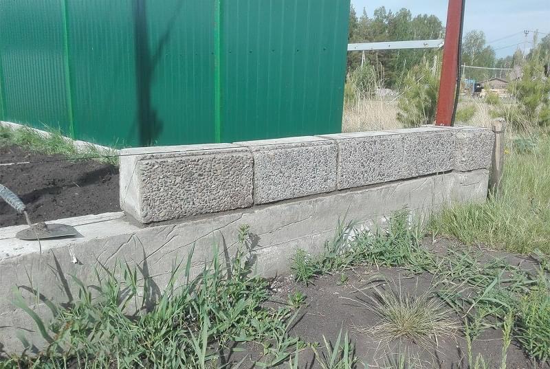 Як побудувати паркан з декоративних блоків 6