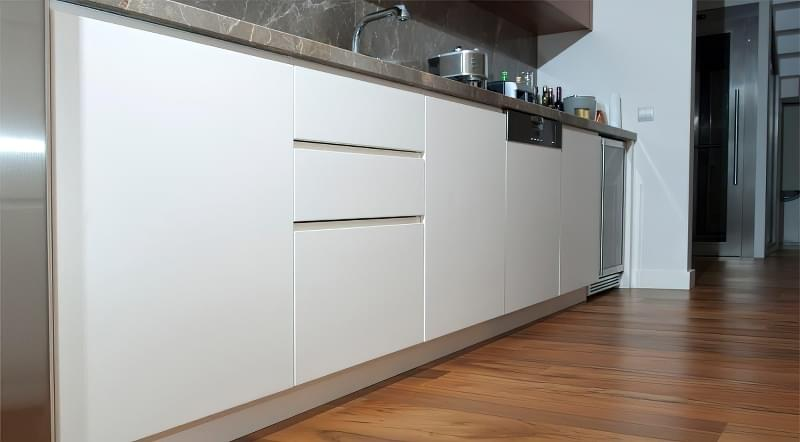 Чому не варто стелити ламінат на кухні 6
