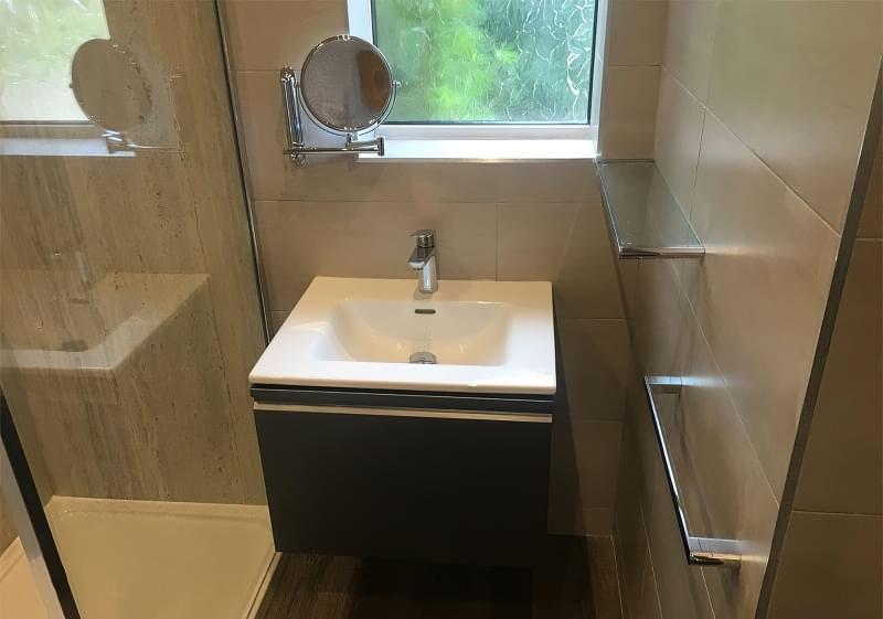 Дзеркало над раковиною у ванній кімнаті: за і проти 5