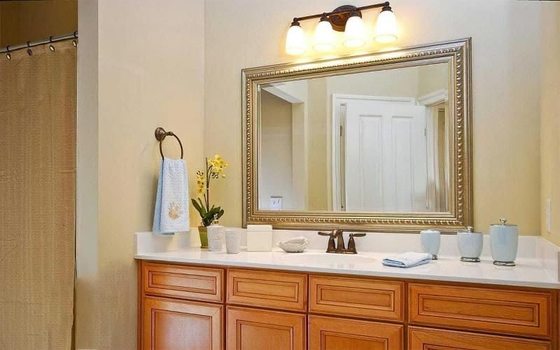 Дзеркало над раковиною у ванній кімнаті: за і проти 1