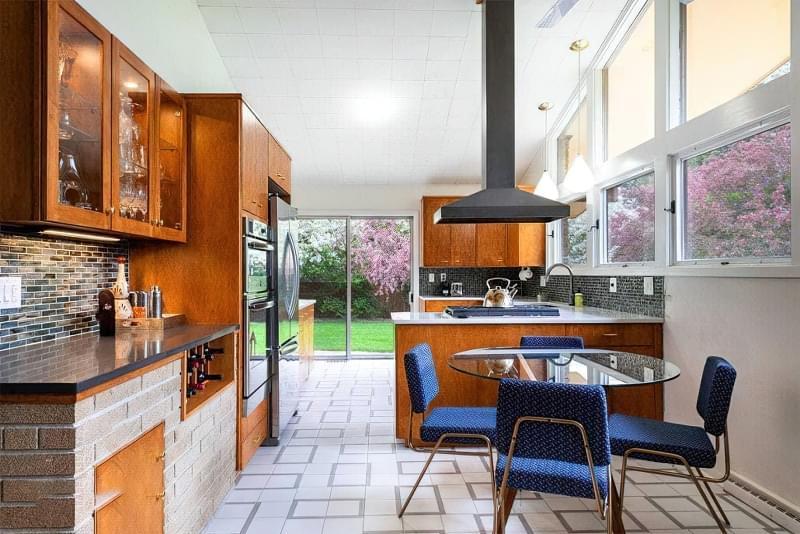 10 прикладів незвичайного підлогового покриття на кухні 4