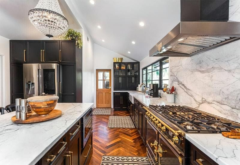 10 прикладів незвичайного підлогового покриття на кухні 9