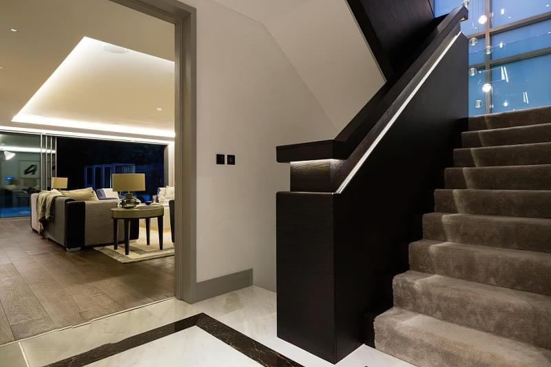 Варіанти підсвічування сходів в будинку 5