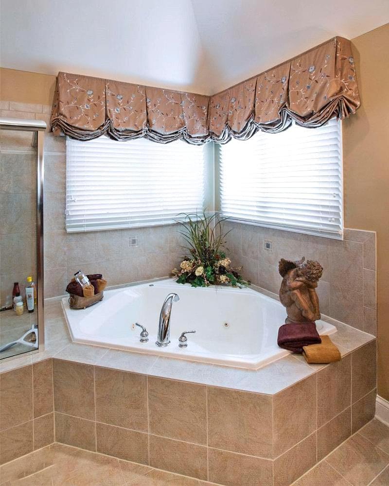 Якщо у ванній кімнаті вікно — варіанти оформлення 7